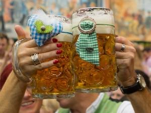 oktoberfest-bierkruege