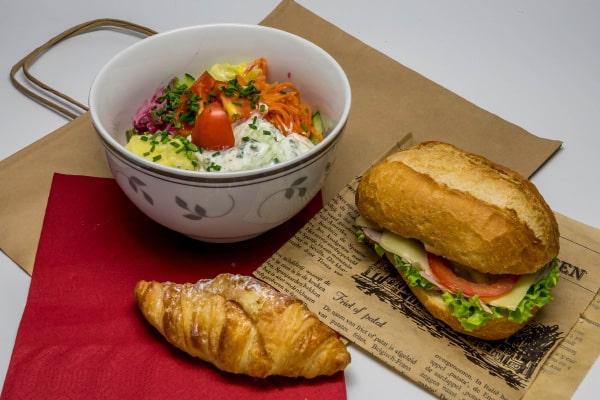 Lunch-Pakete Beispiel: Salatbowl mit belegter Semmel und Mini-Croissant