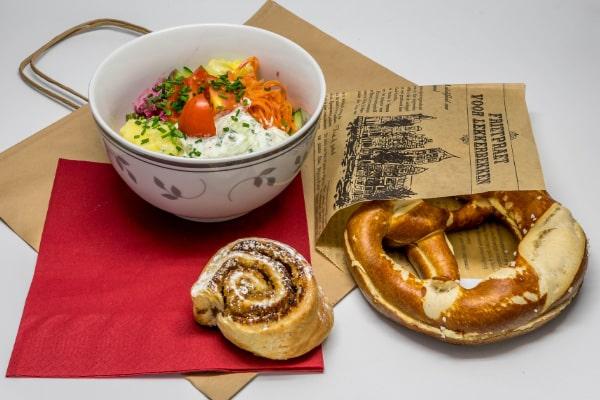 Lunch-Pakete Beispie:l Salatbowl mit Breze und Mini-Plunderteilchen